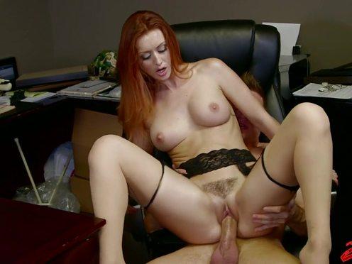 Секретарша занялась сексом с курьером, пока начальника не было на месте
