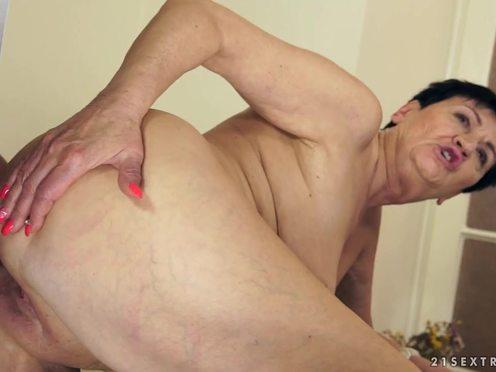 Зрелая брюнетка совратила молоденького друга своего сына и потрахалась с ним