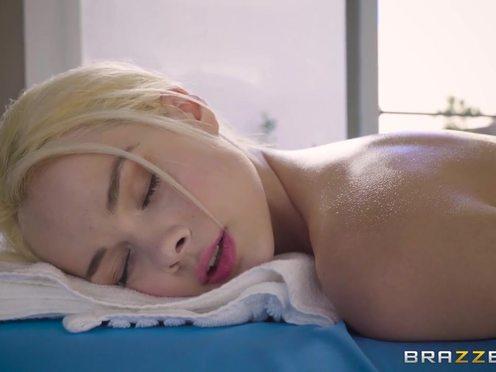 Очень худенькой блондинке сделали эротический массаж и потрахали в разных позах
