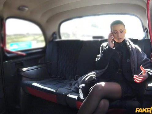 Таксист соблазнил симпатичную девушку в чулочках и трахнул ее в своем автомобиле