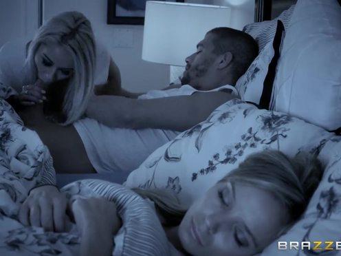 Силиконовая блондинка приползла к мачо и забрала поебаться от спящей супруги