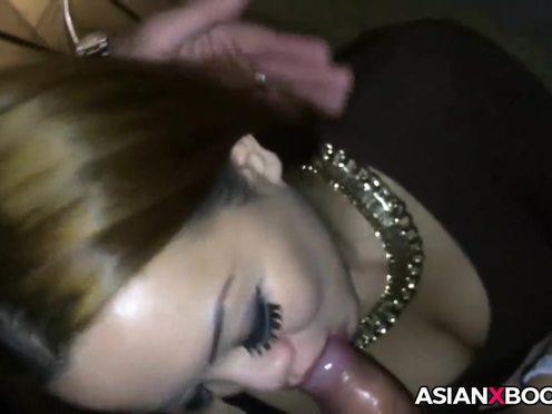 Черноглазая японская гейша с пышными ресницами упоительно сосет хуй хозяину