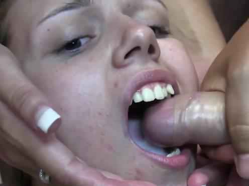 Симпатичная любительница спермы поглощает ее литрами из хуем озабоченных чуваков