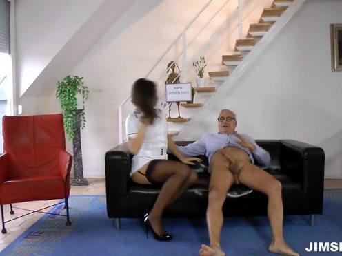 Длинноногая проститутка всячески ублажает пожилого богача из интеллигентов