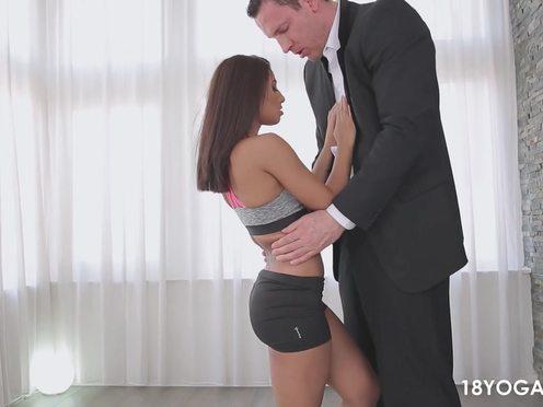 Спортивная девушка потрахалась с высоким мужчиной после домашнего фитнеса