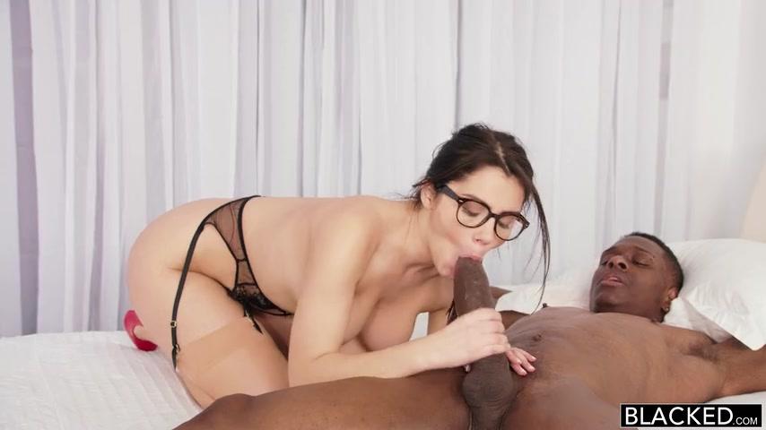 В очках брюнетка в красном порно