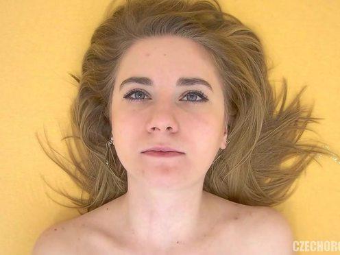 Красивая чешская телочка подрочила бритую пизду пальцем и запястьем до сладкого оргазма