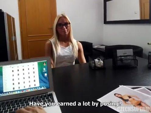 Чешская светловолосая модель отсосала и потрахалась с интервьюером на кастинге