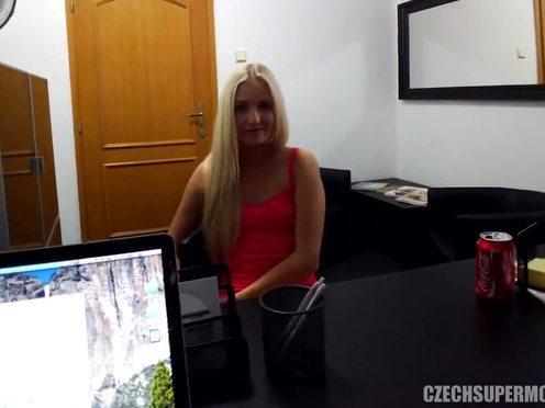 Сногсшибательная чешская модель со светлыми волосами сделала потрясающий минет