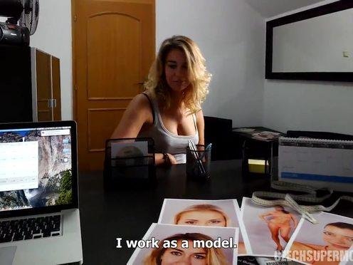Крашеная блондинка с ухоженной кункой готова на сексуальные подвиги ради достойной работы