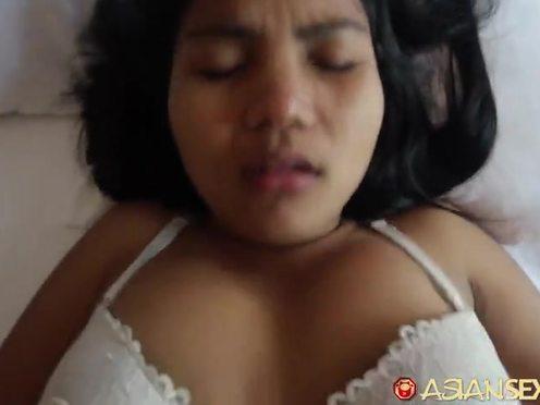 Опытный мужчина отодвинул трусики азиатку в сторону и как следует выебал ее в пизду