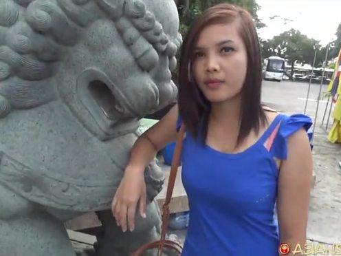 Симпатичная азиаточка в синем платье согласилась потрахаться с белым мужчиной