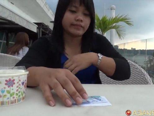 После порции мороженого азиатская девушка занялась сексом с белым мужчиной в гостинице