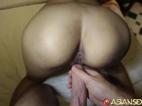 Тощая азиатка с небольшой грудью от души отдается белому мужчине в номере гостиницы