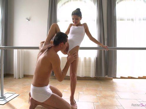 Уроки гибкости для юной балерины закончились трахом