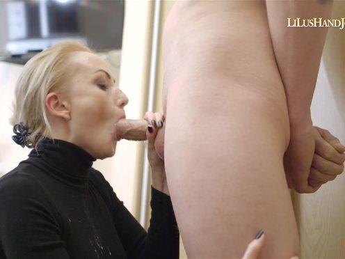Блондинка ласково и разнообразно сосет пенис мужика