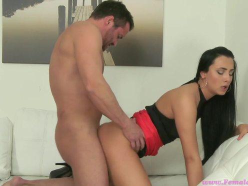 Красивая девушка начальница порно агент тестирует очкастого парня сексуально